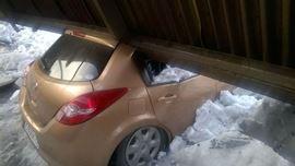 Металлическая крыша навеса рухнула наиномарки вНовокузнецке