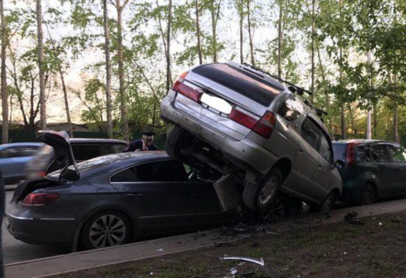 ВКемерове иномарка взлетела накрыши припаркованных машин