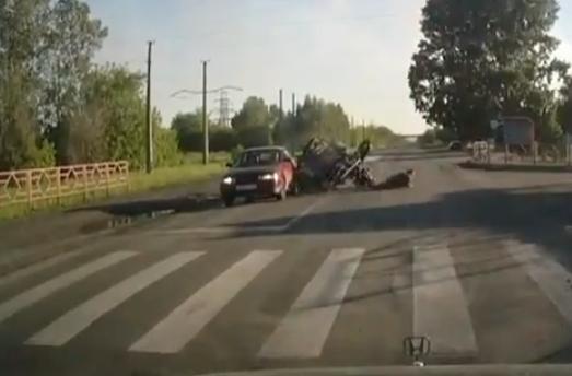 ВНовокузнецке опрокинулся мотоцикл стремя пассажирами