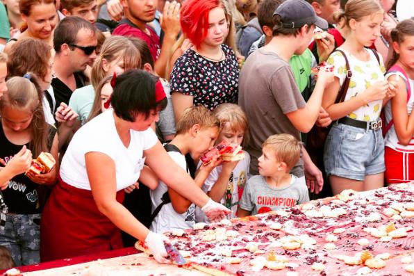 ВКузбассе испекли вишнёвый пирог весом неменее 400 килограммов