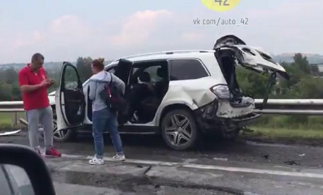 Накузбасской трассе произошла жёсткая авария сучастием Mercedes