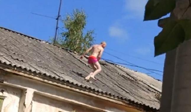 Кузбассовец пытался спрятаться отприставов водном нижнем белье