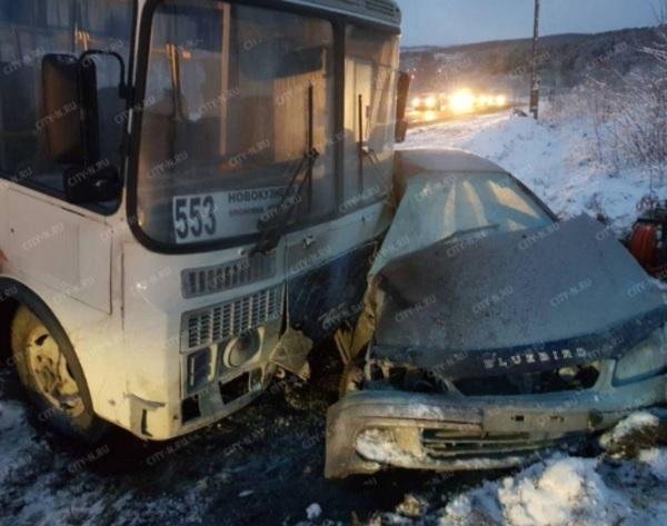 Вжёстком ДТП савтобусом вКузбассе погибла женщина
