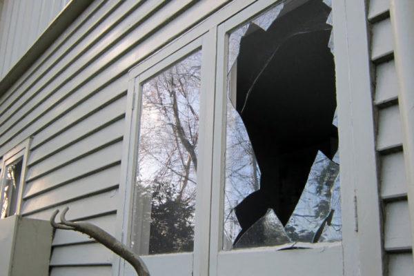 ВКузбассе подростки разбили окна вчужом доме ради веселья