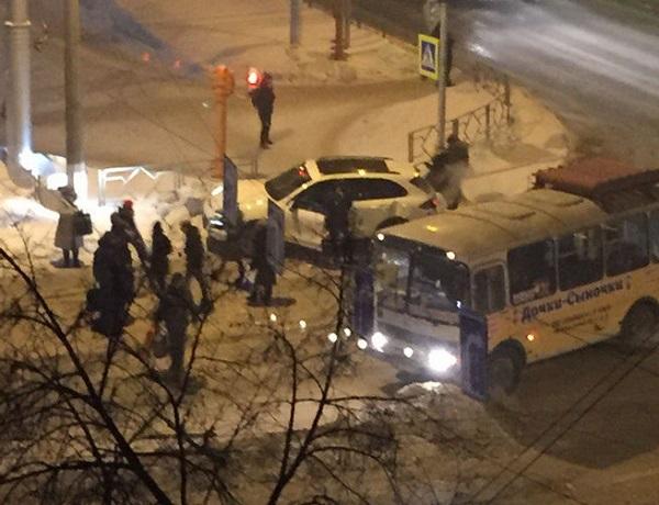 ВКемерове Порше врезался вмаршрутку: есть пострадавшие