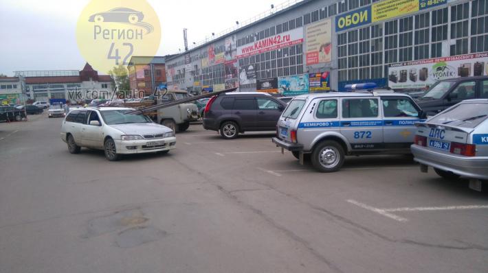"""На рынке """"Привоз"""" в Кемерове арматура пробила лобовое стекло иномарки (видео)"""