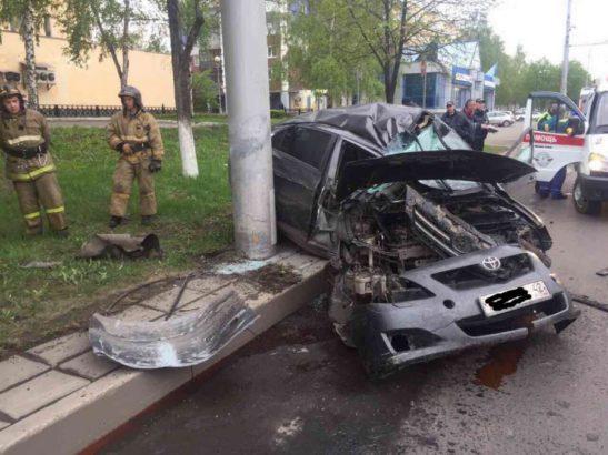 Пьяный водитель Toyota уходил от погони и врезался в столб на улице Кирова в Новокузнецке
