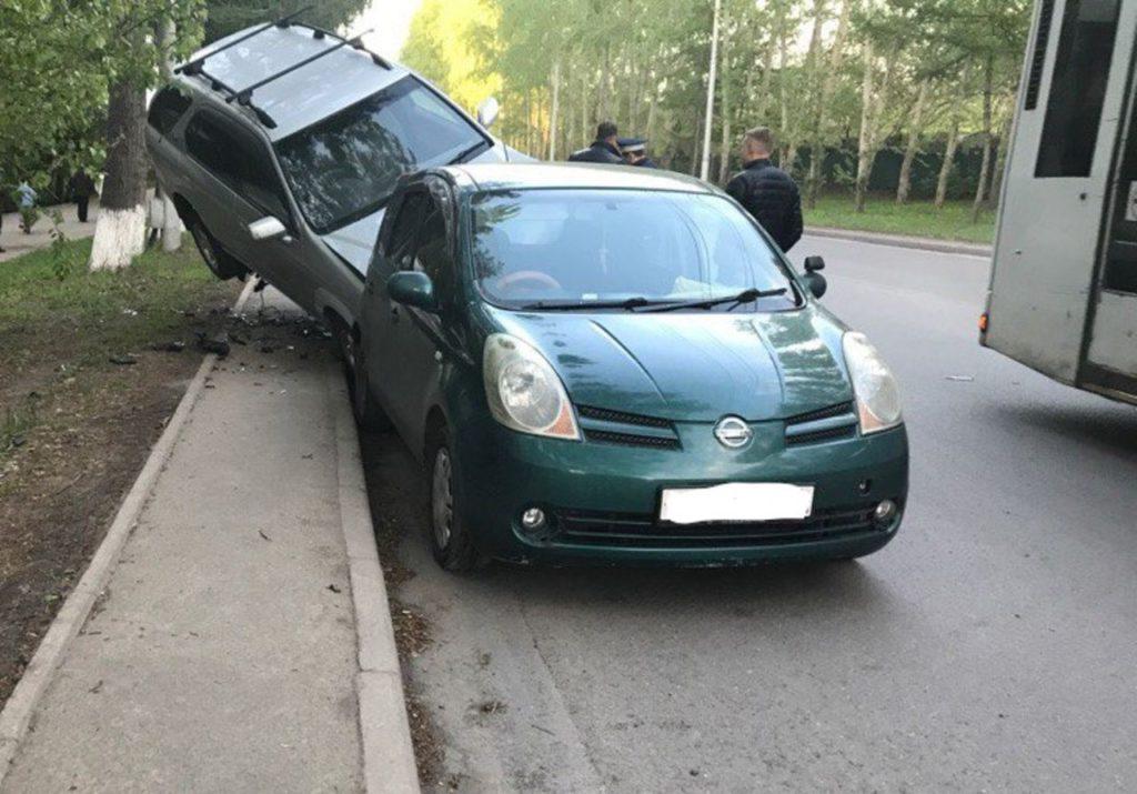 """Volkswagen """"взлетел"""" на крыши припаркованных машин в результате ДТП в Кемерове"""