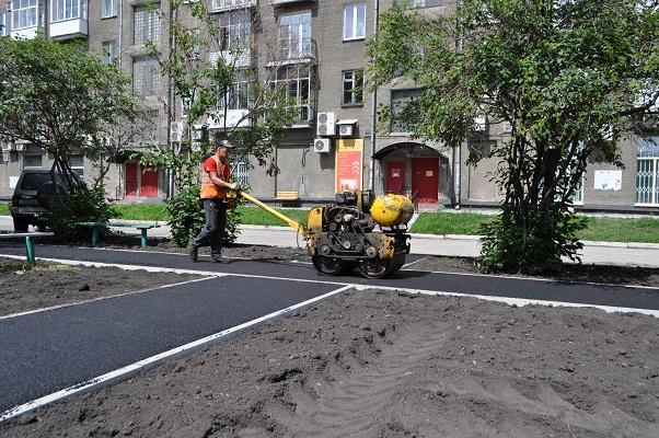 В Новокузнецке продолжаются работы по благоустройству придомовых территорий