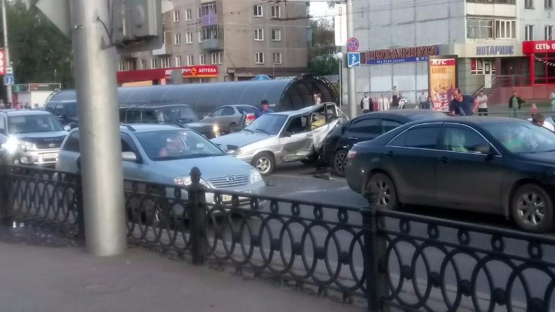 """Пьяный водитель """"Мерседеса"""", уходя от погони, совершил массовое ДТП в Новокузнецке (видео)"""
