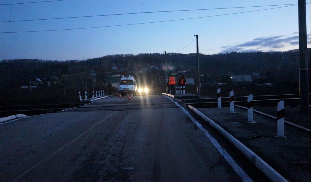 На переезде в Новокузнецком районе электричка врезалась в Hyundai: погиб пассажир иномарки