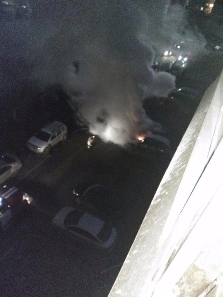 Две иномарки горели утром на улице Свободы в Кемерове