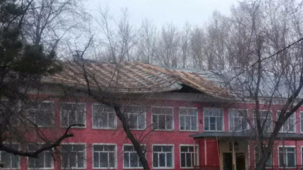 Штормовой ветер сорвал крышу со школы в селе Топки