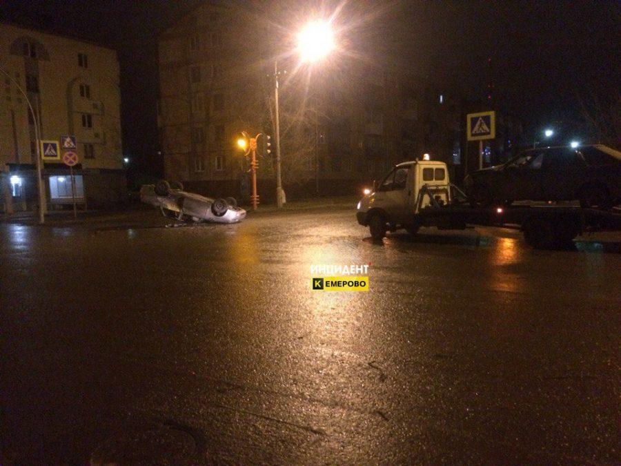 Lada Priora перевернулась в результате ДТП на перекрестке в Кемерове: пострадали двое