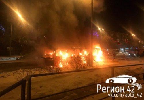 На проспекте Шахтеров в Кемерове сгорел автобус (видео)