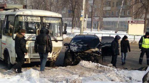 ПАЗ и две иномарки столкнулись в Новокузнецке