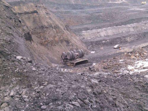На угольном предприятии в Междуреченске самосвал упал с 30-метровой высоты