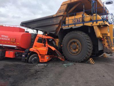 Женщина-водитель БелАЗа протаранила бензовоз на угольном разрезе под Киселевском