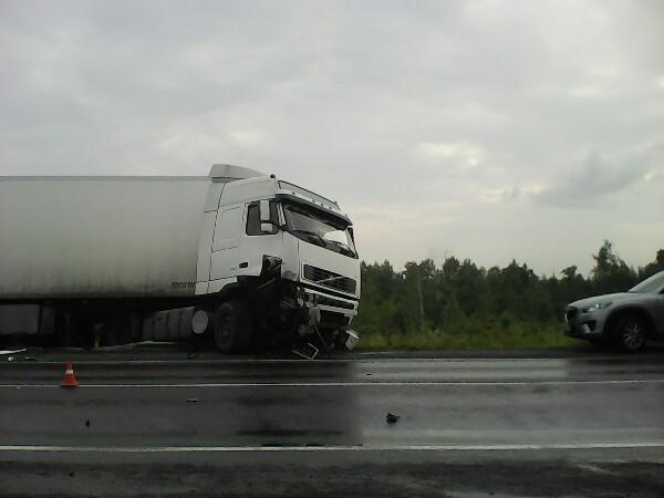 Фура и иномарка столкнулись на трассе в Мариинском районе (фото+видео)