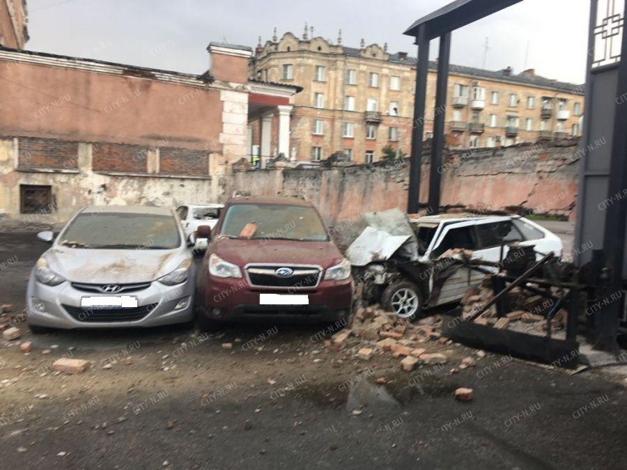 Водитель ВАЗа врезался в кирпичный забор муниципальной бани в Новокузнецке