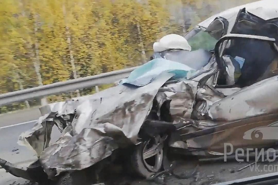 Иномарка столкнулась с грузовиком на трассе в Кемеровском районе