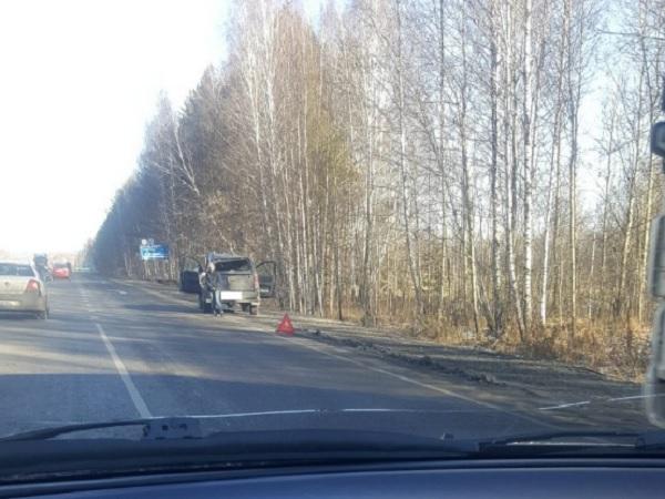 На выезде из Кемерова столкнулись фура и внедорожник