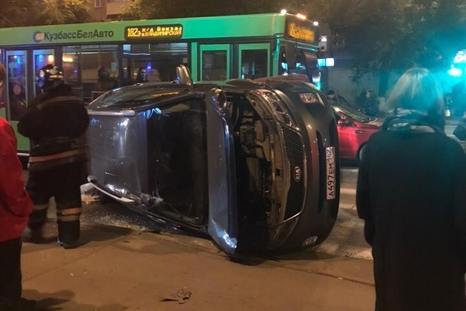 На проспекте Шахтёров в Кемерове перевернулся автомобиль Kia Sorento
