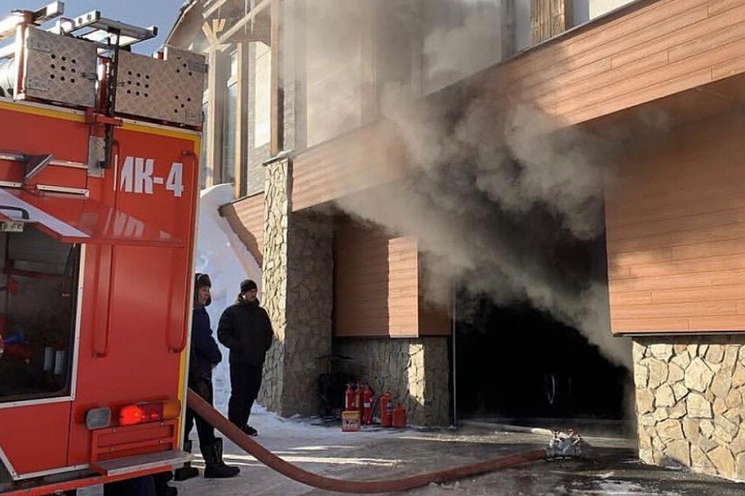 На подземной парковке гостиницы в Шерегеше сгорел автомобиль