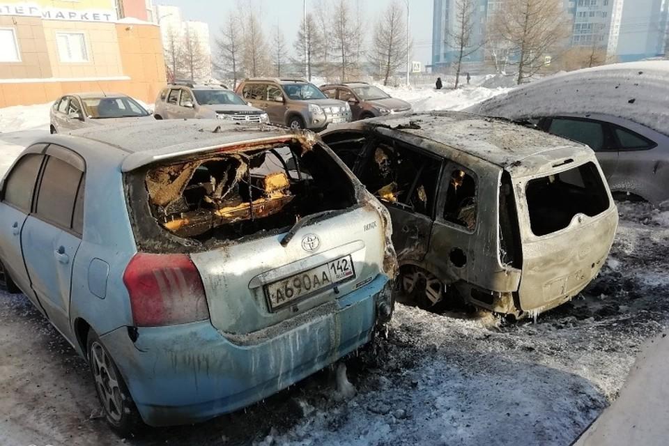 На Комсомольском проспекте в Кемерове подожгли два автомобиля