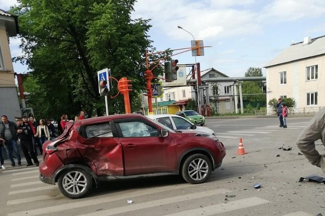 Мотоциклист без прав протаранил Nissan Juke на перекрестке в Белове. Фото и видео