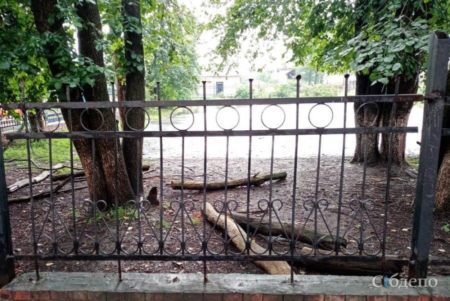 В городе Таштагол металлический забор упал на мальчика и лишил его глаза