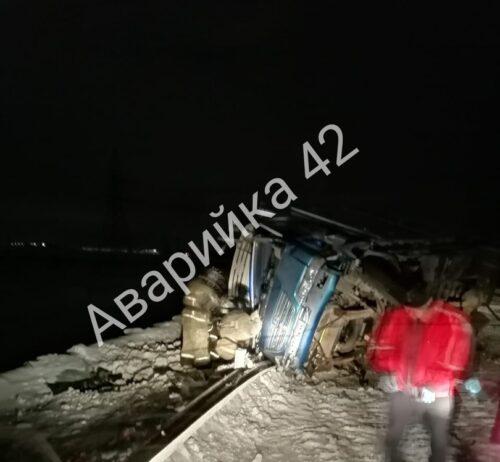 На кузбасской трассе грузовик сбил насмерть пешехода и вылетел в кювет. Фото