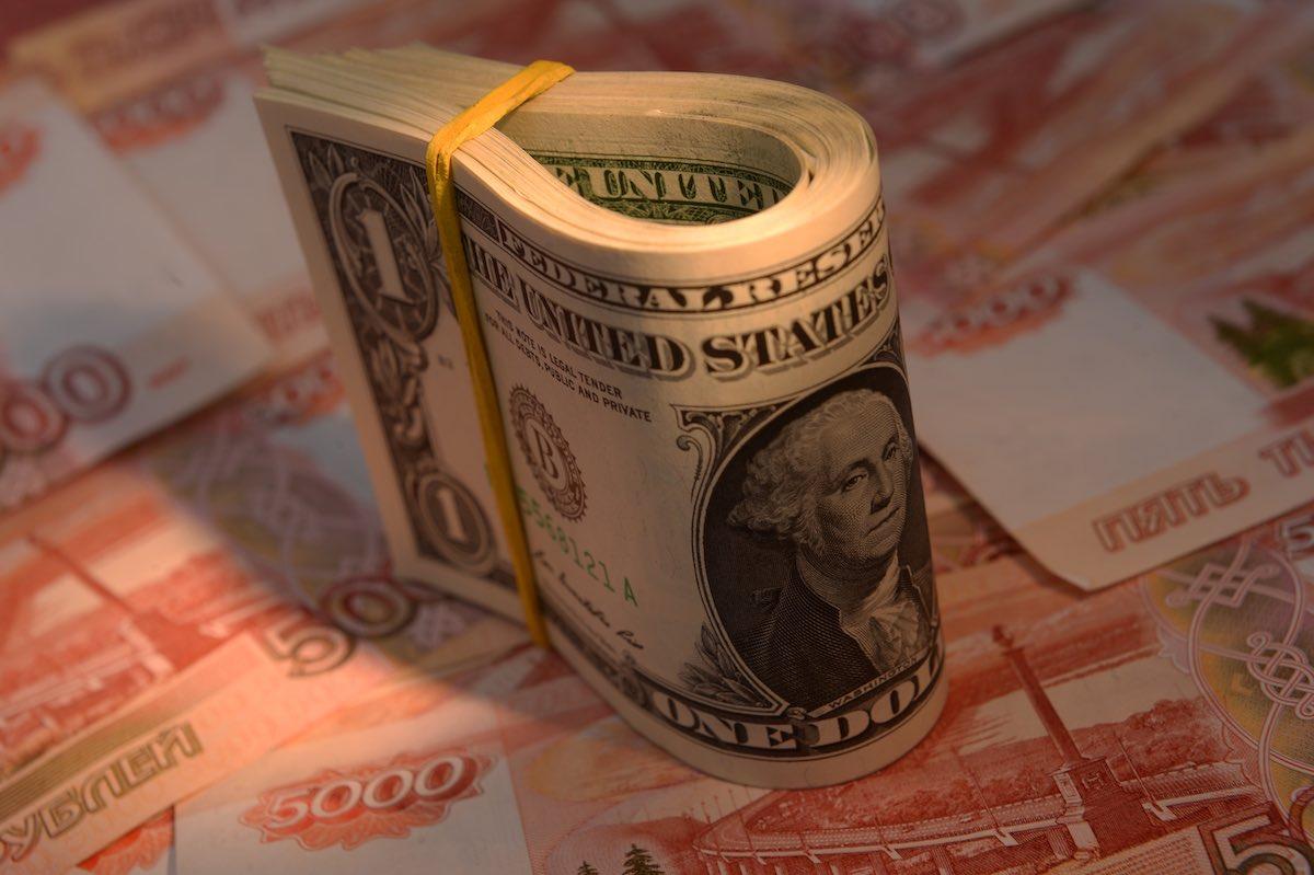 Может ли доллар вырасти до ста рублей: мнение экспертов