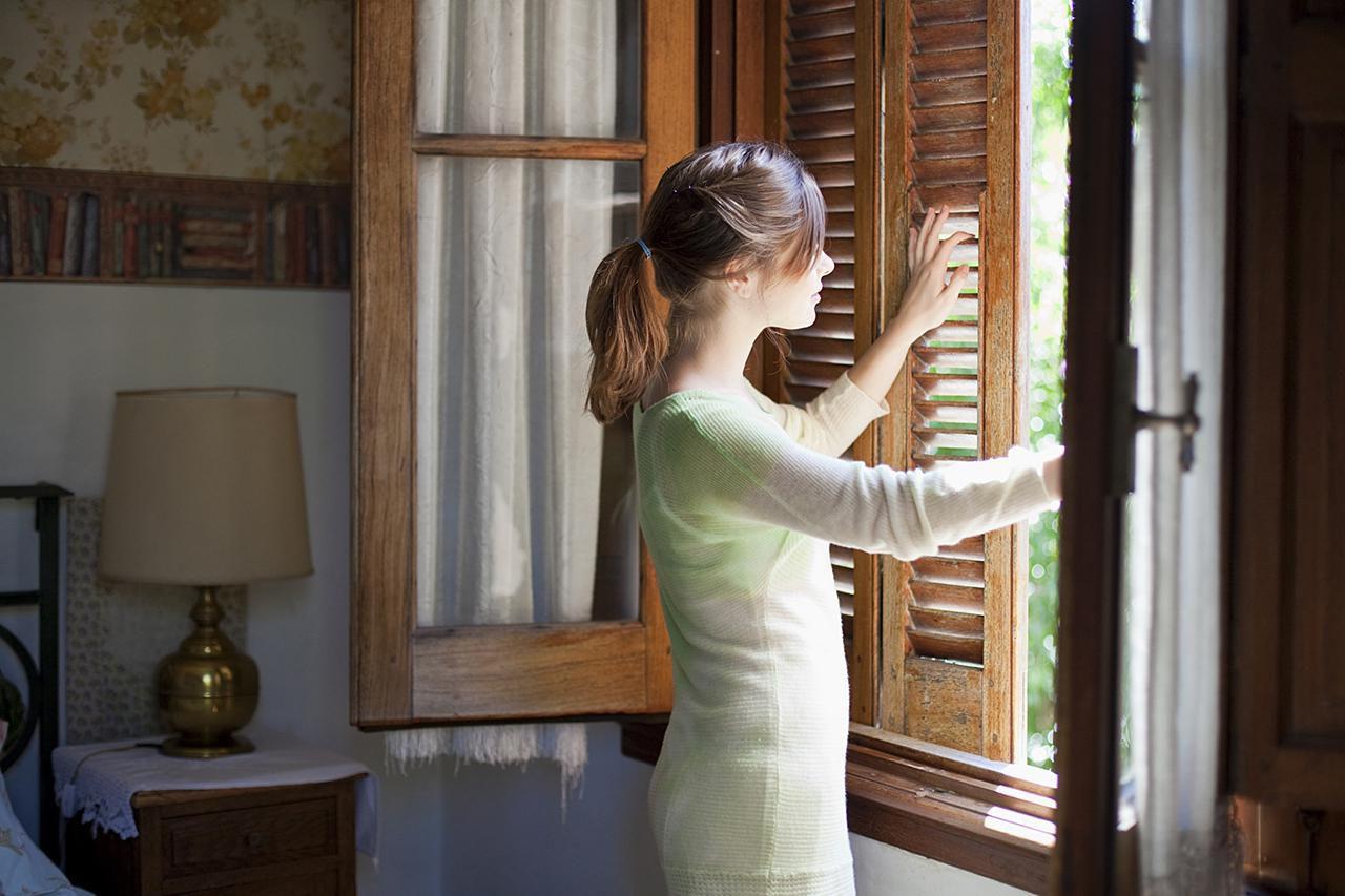 Почему по время пандемии важно проветривать помещения, но нельзя выходить на улицу?