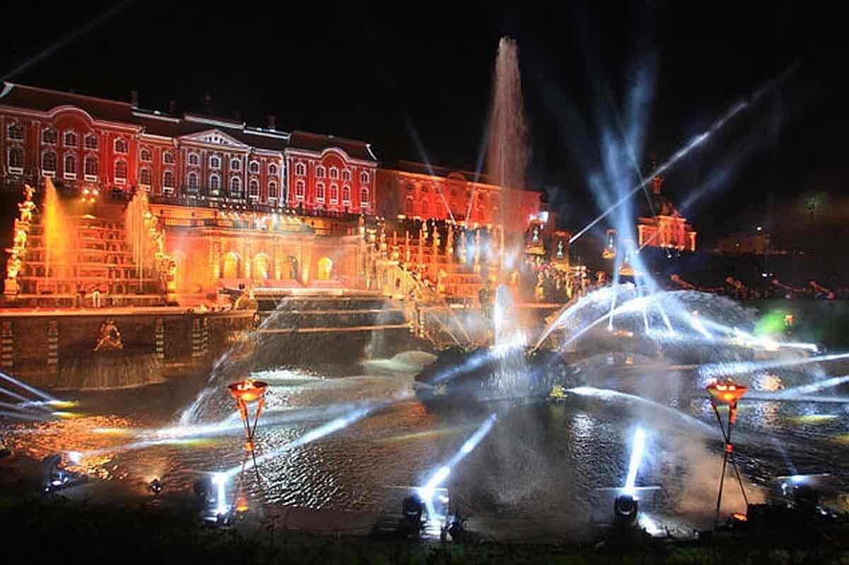 Ежегодный бал фонтанов в Петергофе пока не планируют переносить