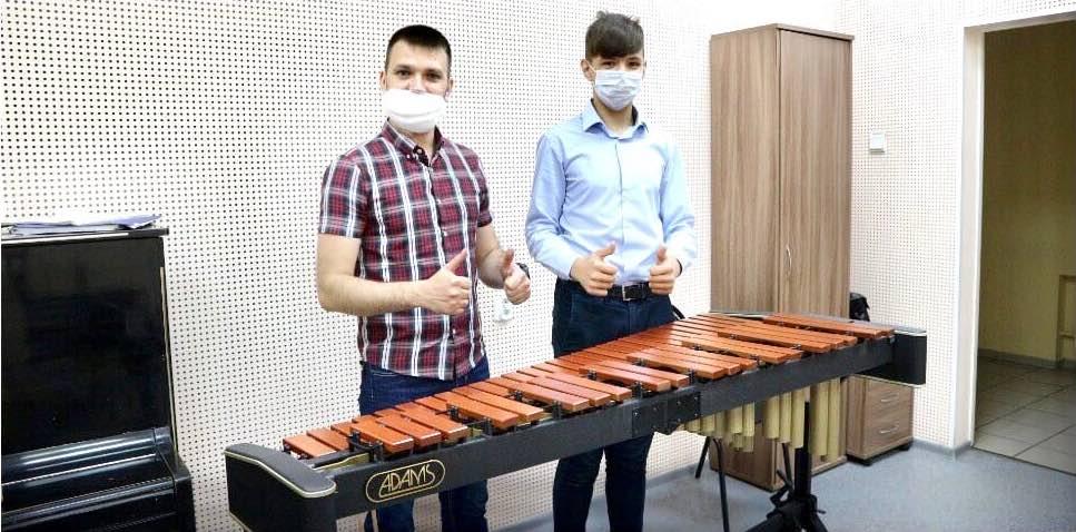 В Новокузнецке в школе искусство получили ксилофон из Нидерландов
