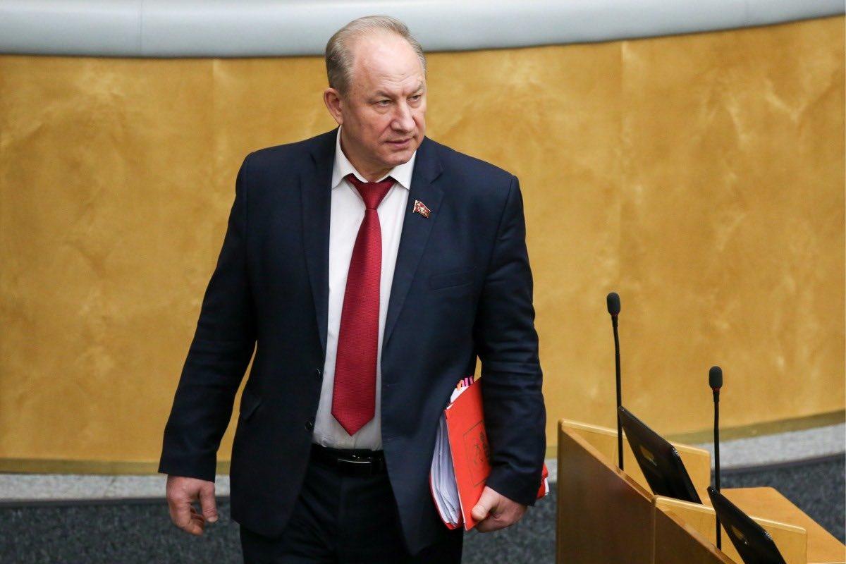 В Госдуме Путина обвинили в жадности: денег в запасах много а делиться с народом не хотят