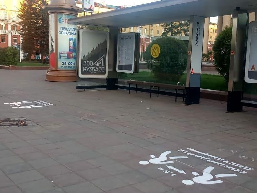 Разметка о социальной дистанции появилась на остановках в Кемерове